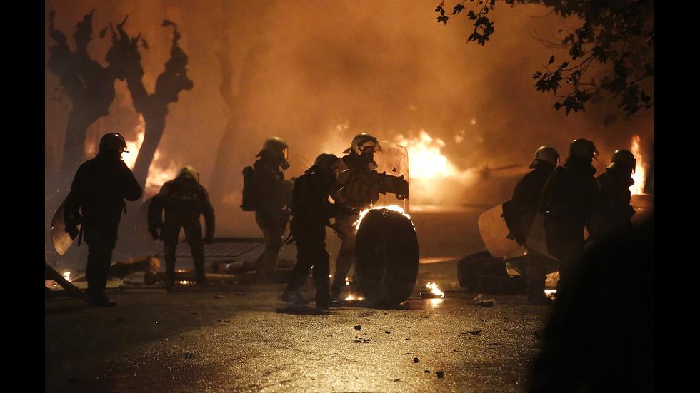 Сблъсъци в Атина: Маскирани хвърляха бомби и подпалиха автомобили