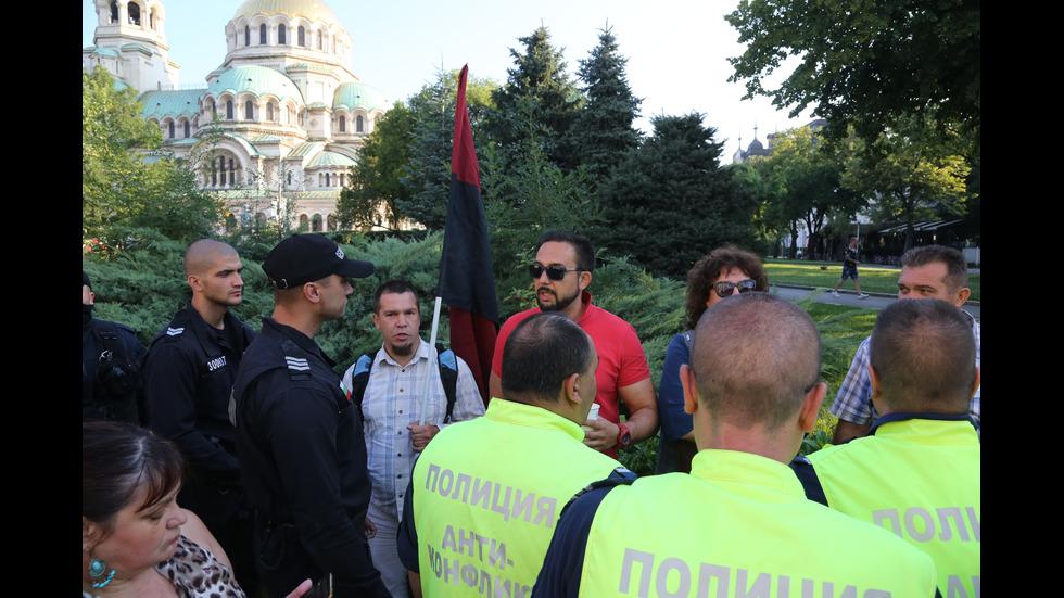 Протестиращи посрещнаха с яйца депутатите пред НС