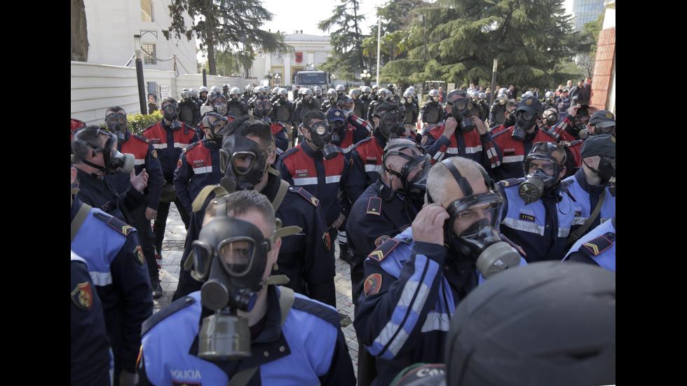Нови сблъсъци в Тирана, окупирана е сградата на полицията