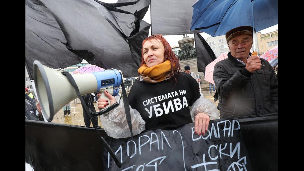 Майки на деца с увреждания на протест пред парламента