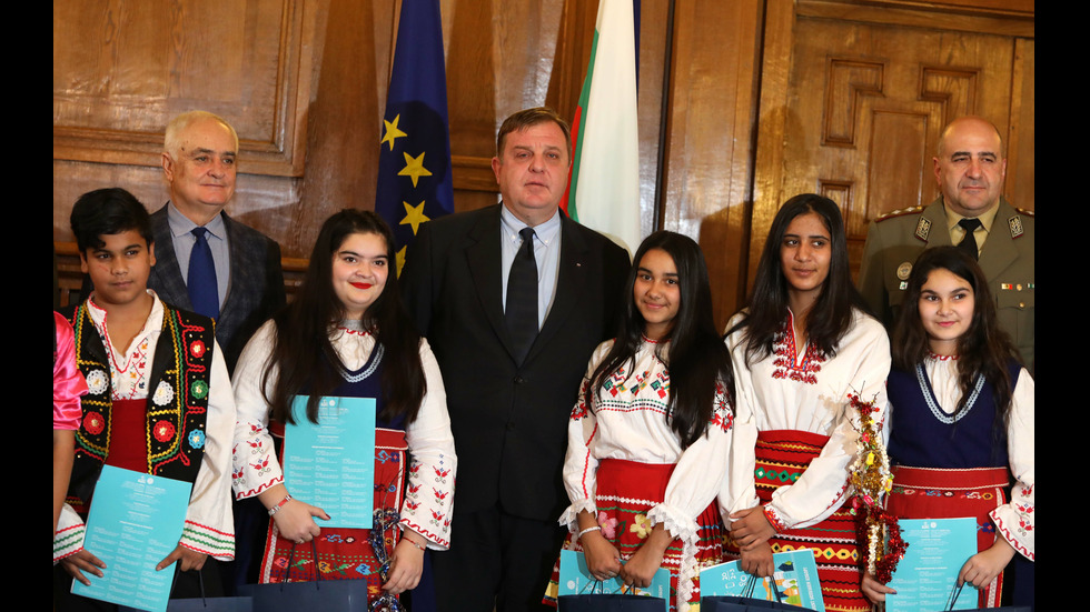 Ученици от ромски произход поздравиха министър Каракачанов с Васильовден