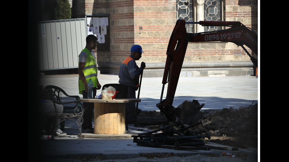 """Ремонтът на градинката пред """"Св. Седмочисленици"""""""