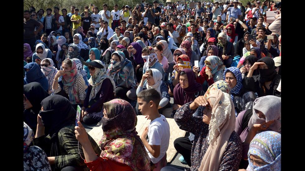 Гърция закрива трите най-големи мигрантски лагера на островите