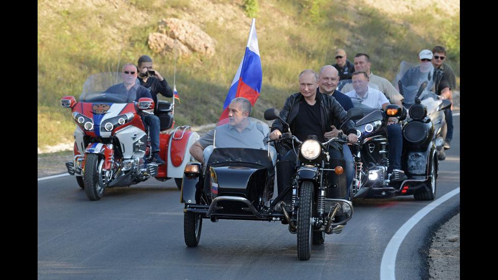 Путин разбуни Украйна, пристигайки на мотоциклет в Севастопол