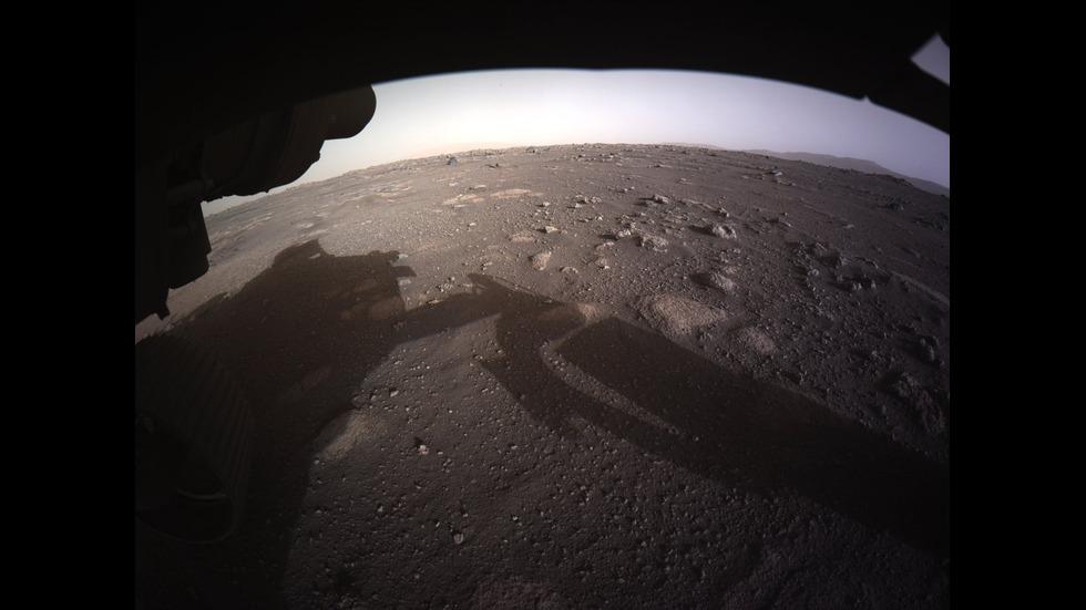 НАСА разпространи цветни снимки на Марс