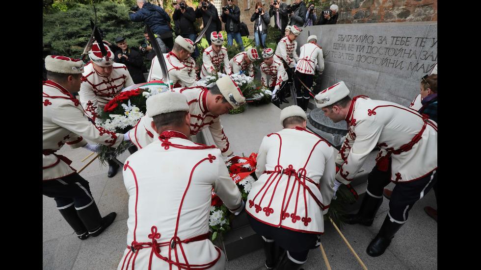 Полагане на венци пред Паметника на незнайния воин
