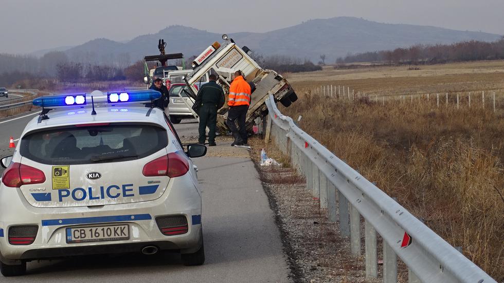 """Лек автомобил и кола на """"Пътна помощ"""" се удариха на АМ """"Струма"""""""