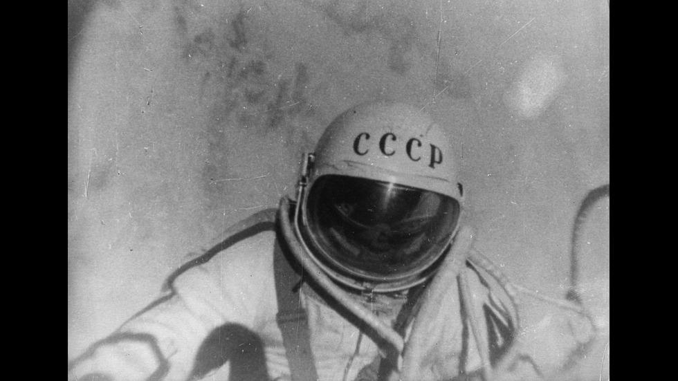 Почина първият човек, излизал в открития космос