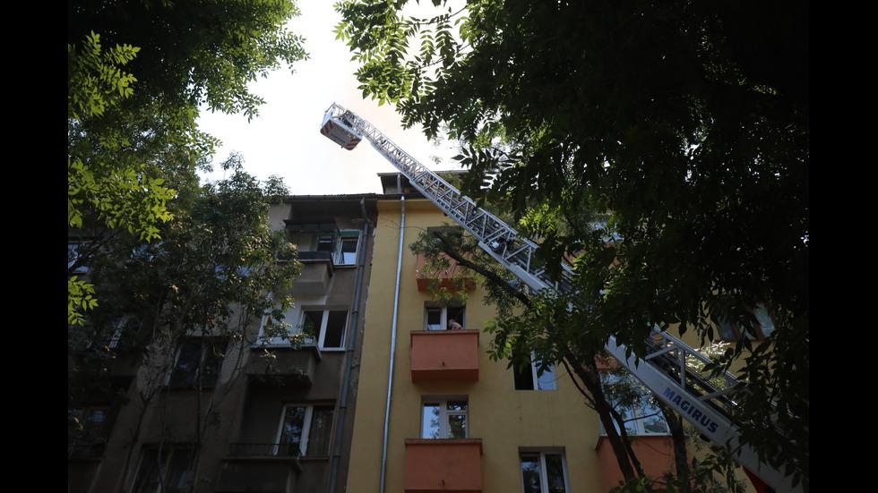 Гори жилищна сграда в центъра на София