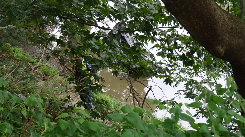 """Кола излетя от 8 метра височина в река """"Струма"""""""