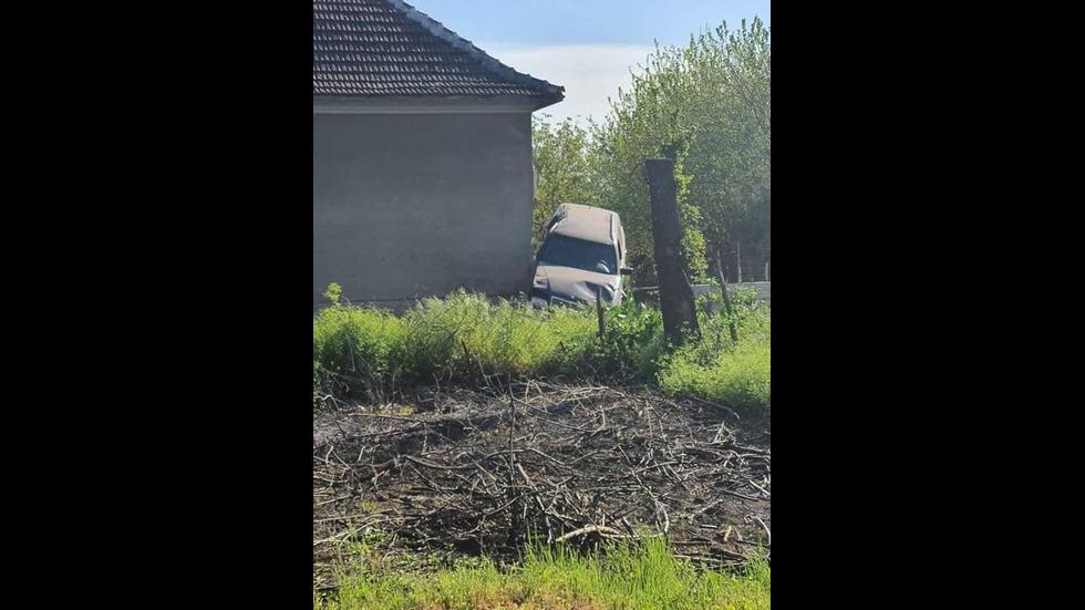 Кола се вряза в къща в село Гложене
