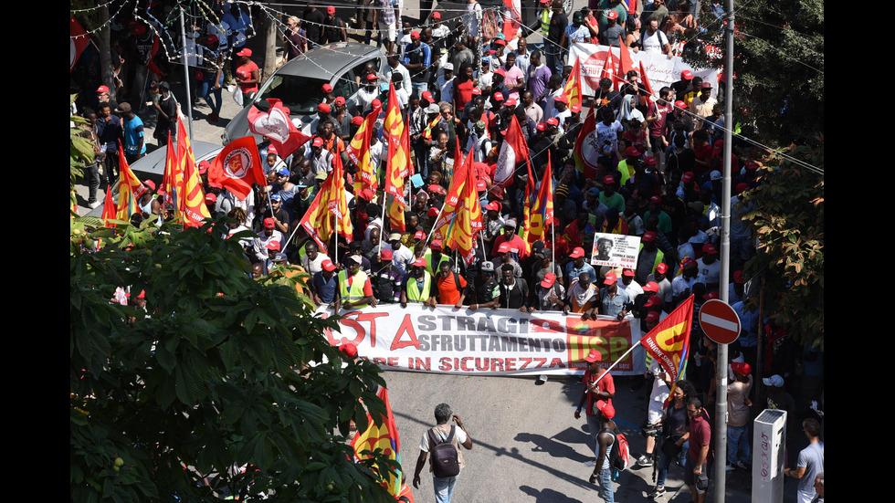 Стотици чуждестранни берачи на домати протестираха в Италия