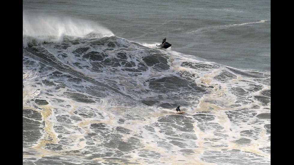 Известен сърфист се спаси след сблъсък с опасни вълни
