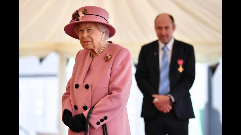 Кралица Елизабет с първа публична изява
