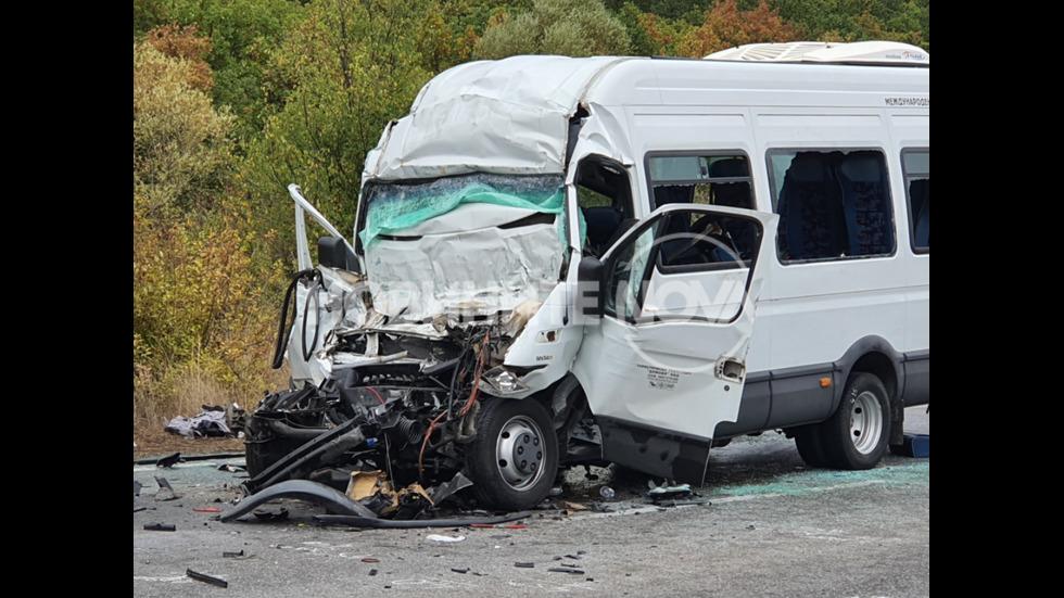 3 загинали и 16 ранени при удар между тир и бус край Лесово