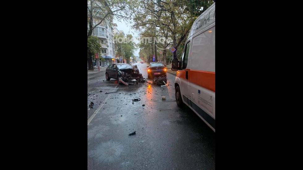 Тежка катастрофа в центъра на Пловдив: Автобус се удари в кола
