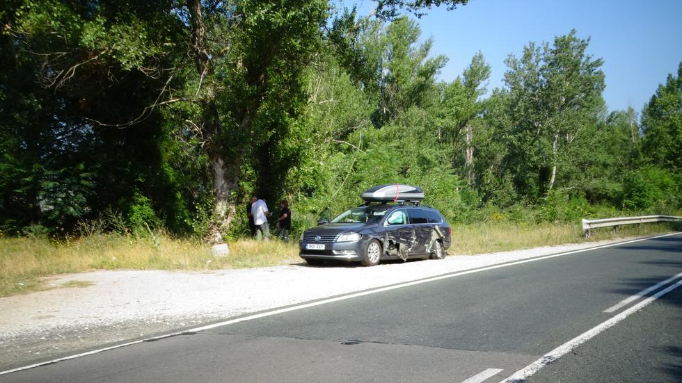 ТИР удари кола с румънци край Симитли и избяга