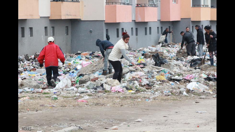 Започна почистването около потъналия в боклуци блок в Казанлък