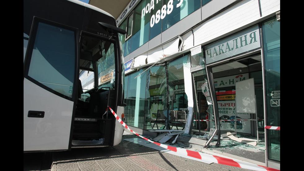 Автобус се вряза в автогара в София