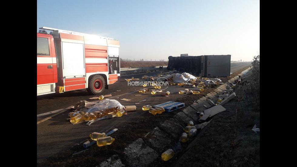 """ТИР натоварен с олио се обърна на магистрала """"Хемус"""" край Шумен"""