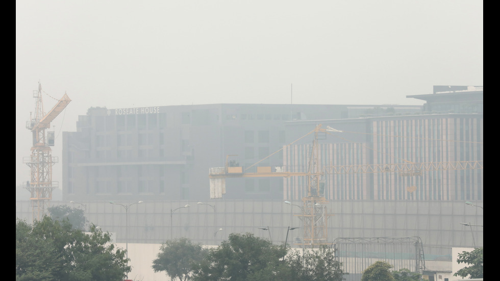Пренасочени полети и затворени училища заради мръсния въздух в Делхи