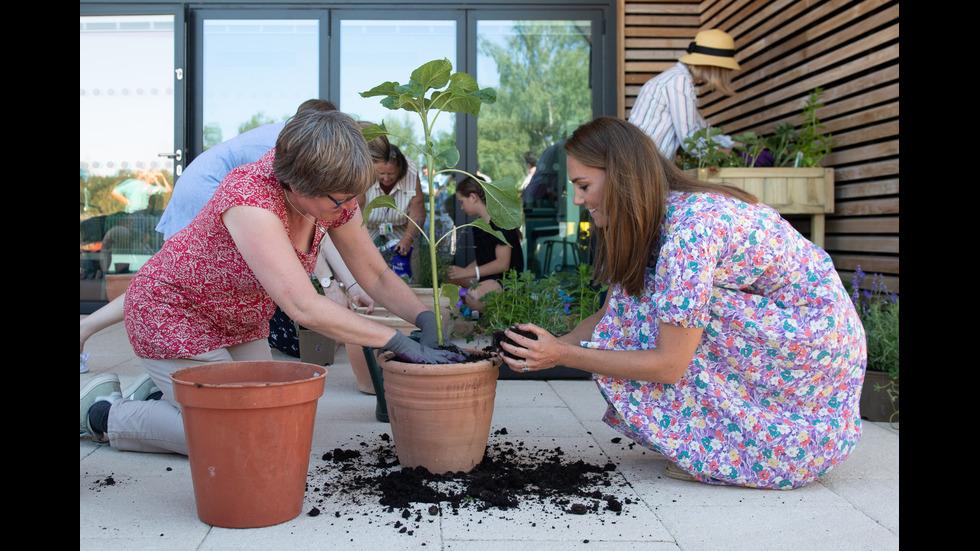 Кейт Мидълтън сади цветя в детски хоспис