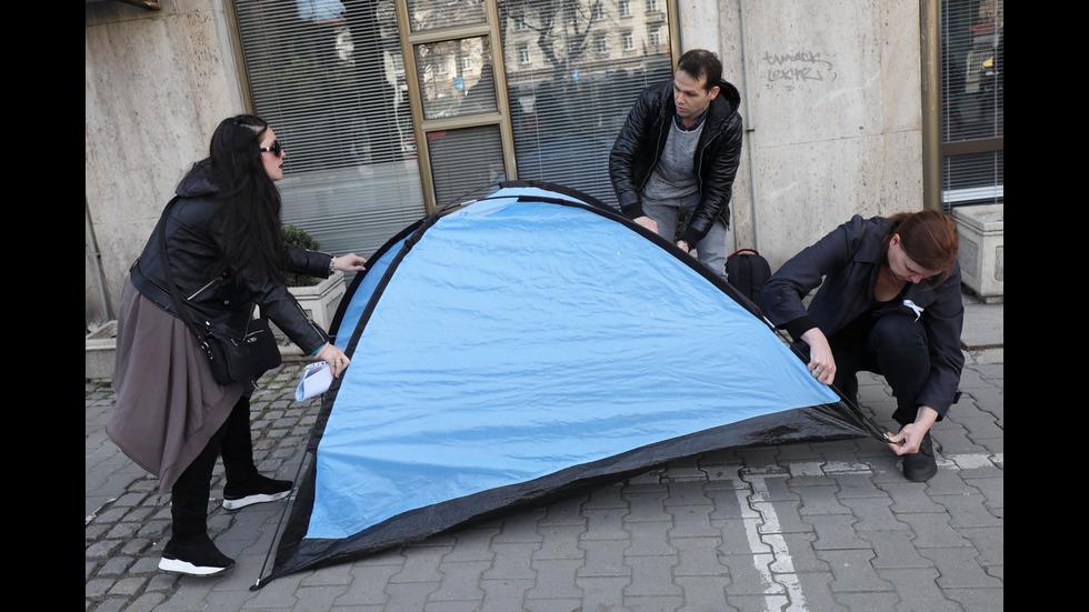 Здравни работници разпънаха палатка пред ресорното министерство