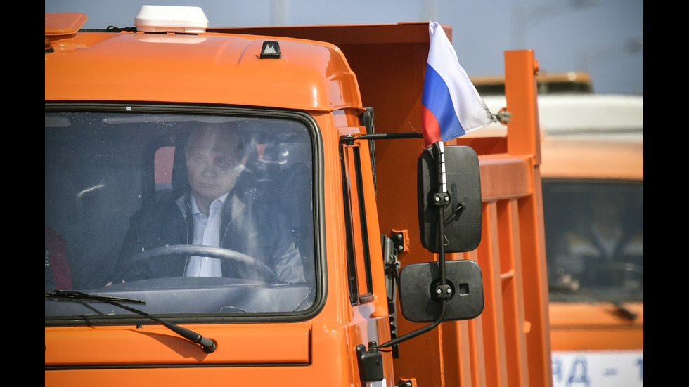 Путин подкара камион, откри спорния мост от Русия до Крим