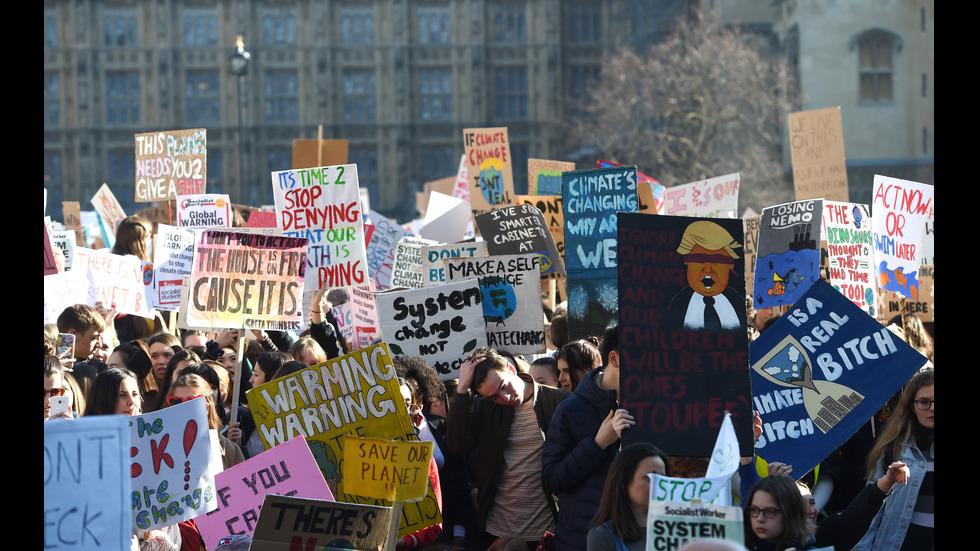 Хиляди британски ученици на протест срещу климатичните промени