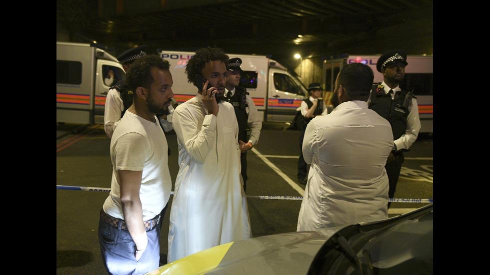 Бус се вряза в мюсюлмани пред джамия в Лондон