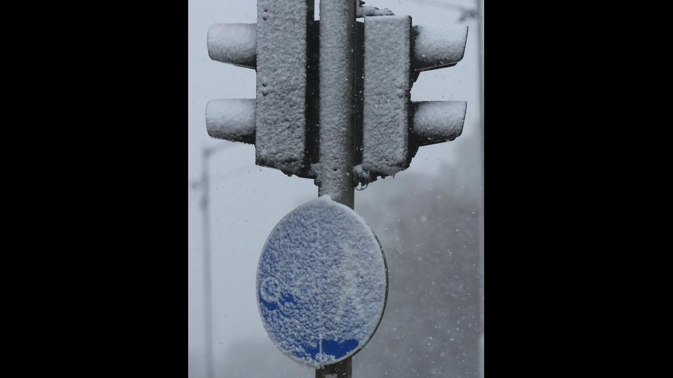 Тежка зимна обстановка по пътищата в страната