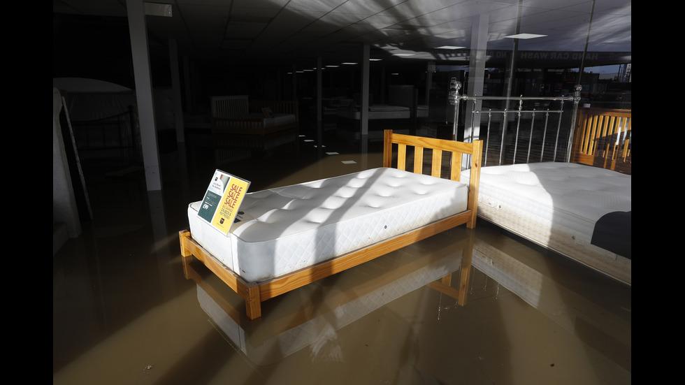 Проливни дъждове в Англия блокираха посетители в мол и наводниха улици