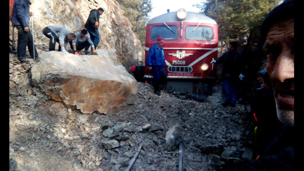Пътнически влак дерайлира заради паднала скала на релсите