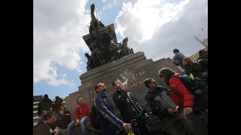 Млади хора демонстративно пушиха марихуана пред Народното събрание