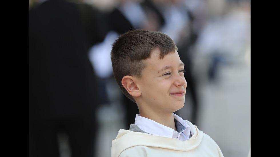 Папа Франциск даде първо причастие на деца в Раковски