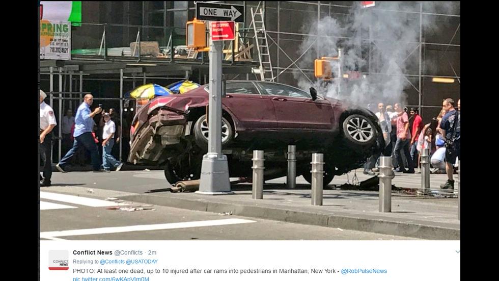 В Ню Йорк лека кола на висока скорост се вряза в минувачи