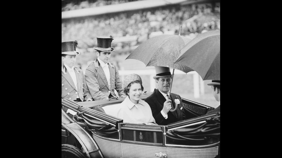 Кралица Елизабет и принц Филип отбелязват 73 години брак