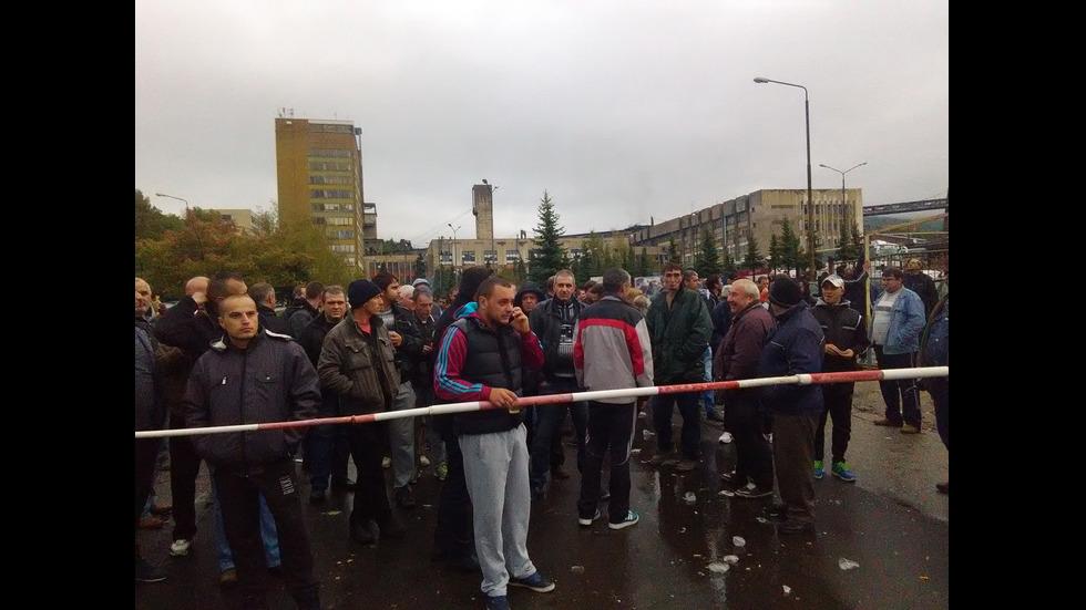 Трети ден миньорите в Бобов дол остават под земята