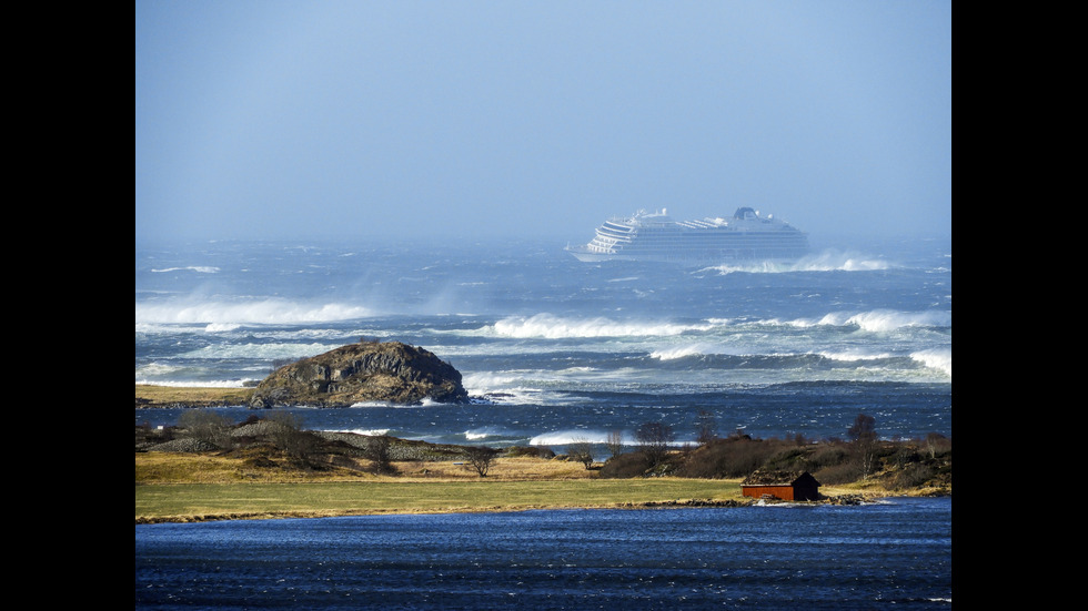 Евакуираха 1300 души от аварирал круизен кораб в Норвегия