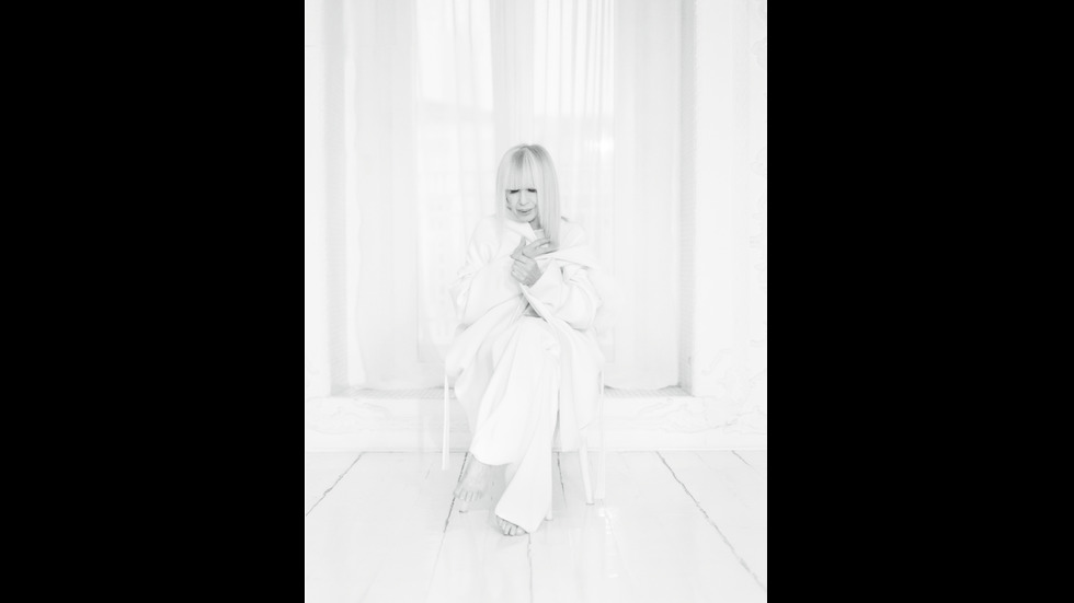 Лили Иванова - oчарователна във фотосесия за списание EVA