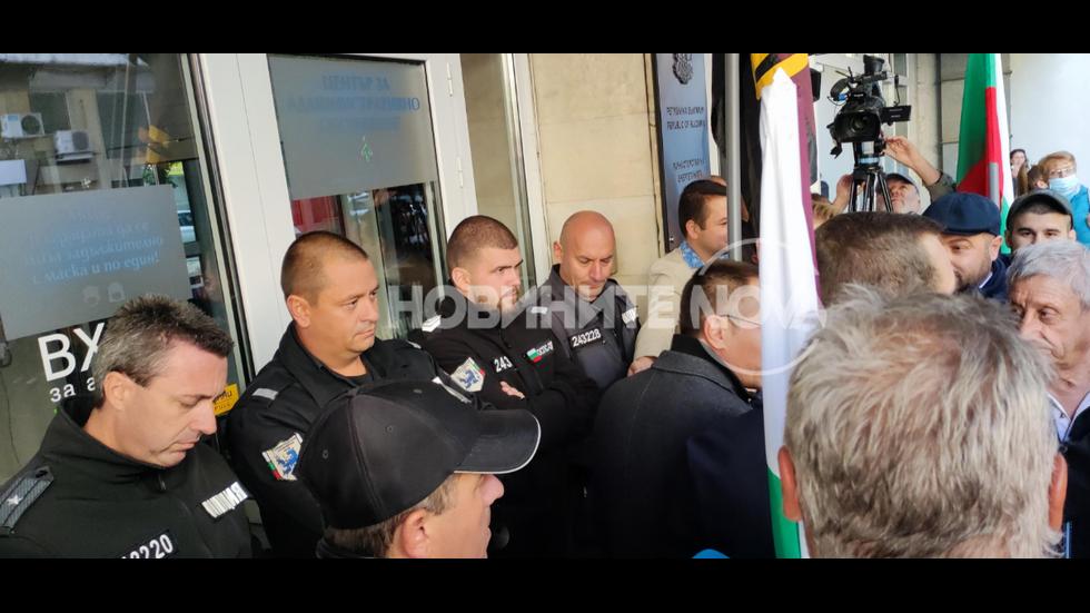 Протестиращи опитаха да нахлуят в Министерство на енергетиката
