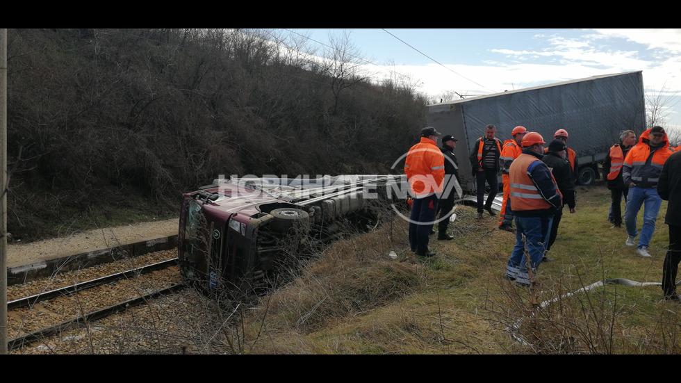 Спряха влаковете между Бяла и Полски Тръмбеш заради паднал тир
