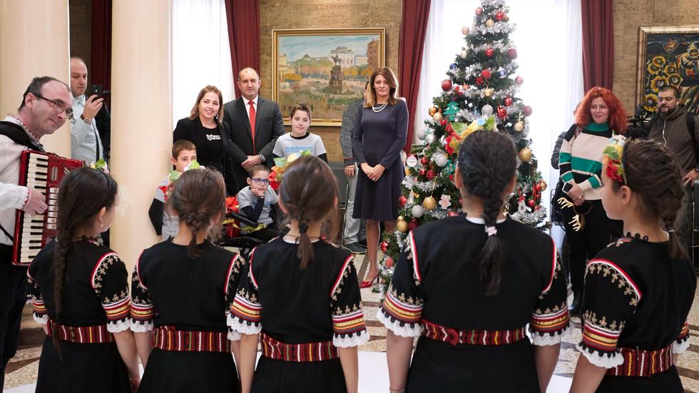 """Румен Радев и децата на """"Българската Коледа"""" украсиха елхата в президентството"""