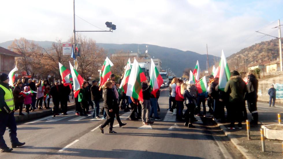 Протест блокира главен път Е-79