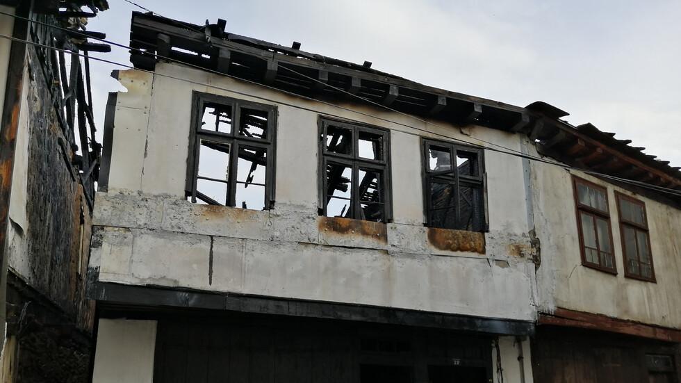 Пожар изпепели 3 старинни къщи в Габрово