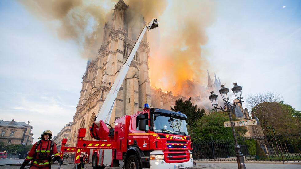 """Пожарникарите в епична битка с опустошителните пламъци на """"Нотр Дам"""""""