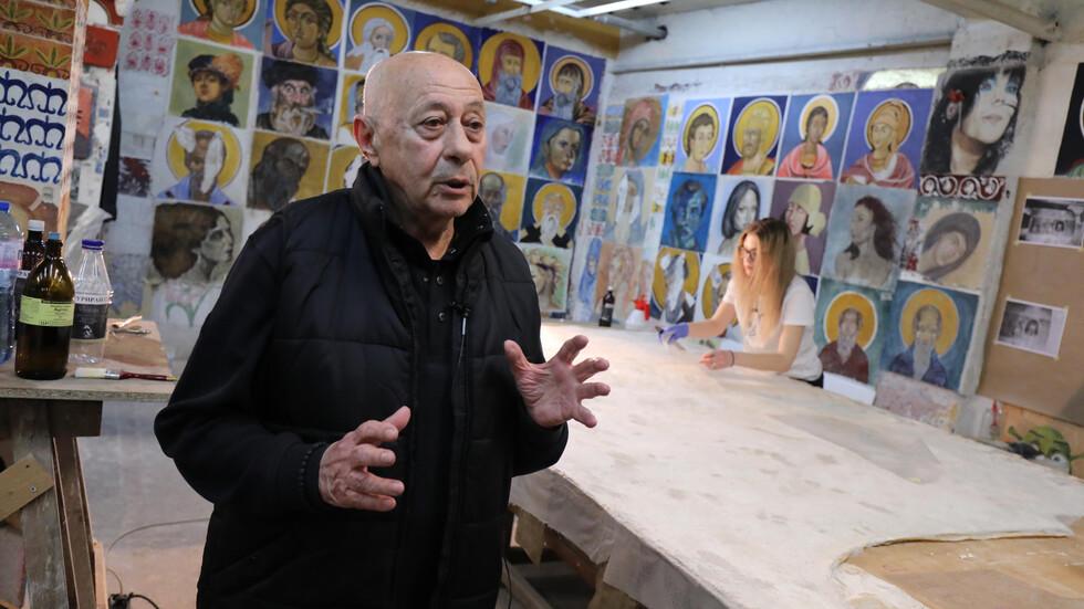 Реставраторът проф. Григорий Григоров и неговите студенти рисуват