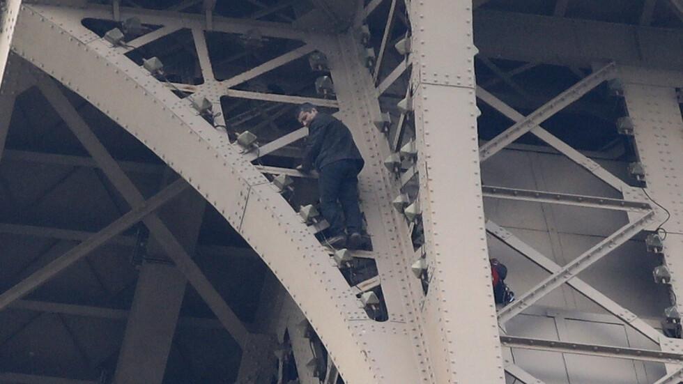 Мъжът, който се покатери на Айфеловата кула, се предаде