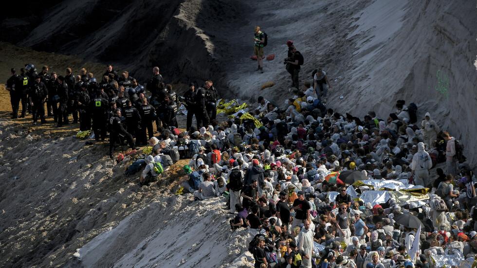 Еколози нахлуха в една от най-големите мини за въглища в света