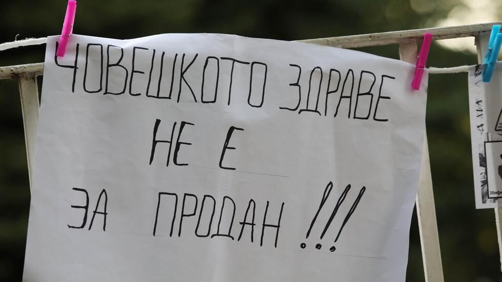 Протестите продължават: Медиците опънаха палатки пред парламента